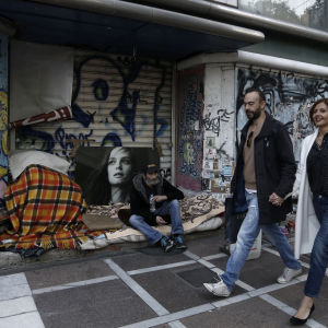 Hemlös man på gatan i Aten