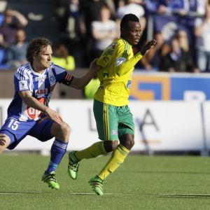 Ville Jalasto jagar Emile Tendeng i fotbollsligan.
