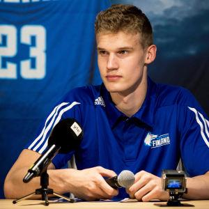 Lauri Markkanen framför en Yle-mikrofon.