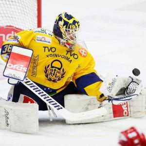 Kaapo Kähkönen fångar pucken i plockhandsken.