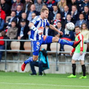 Akseli Pelvas sträcker sig efter bollen