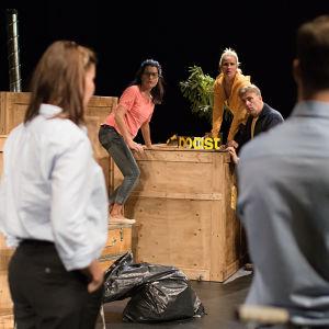 Foto från Muuttomiehet på KOM-teatern.