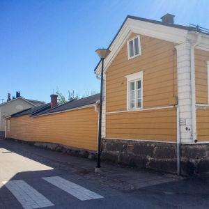 Vaaleanruskea vaakalaudoitettu puutalon seinä