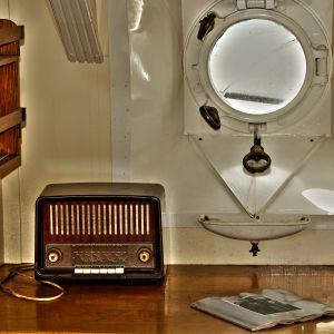 En gammal radio på ett bord.