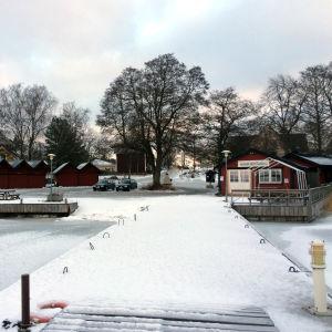 Bromarvs gästhamn på vintern. En snötäckt brygga och en tom gästhamn.