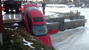 Bil körde av bryggan vid Gamla hamn i Jakobstad men isen stoppade bilen.