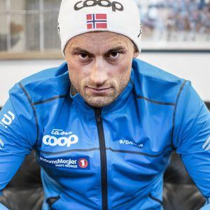 En bestämd Petter Northug sitter på en fåtölj.