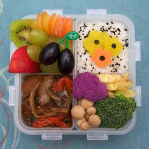 En japansk bentolåda med seitan, rotfrukter och frukter.