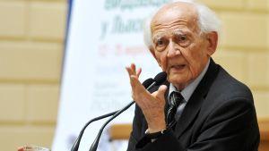 vanha mies puhujanpöntössä