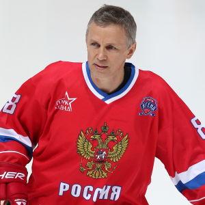 Igor Larionov glider runt på isen.