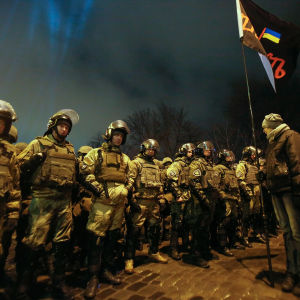 Polismuren och en av demonstranterna i närheten av presidentens kansli i Kiev 19.2.2017
