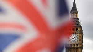 Den brittiska flaggan vajar framför Westminsterpalatset.