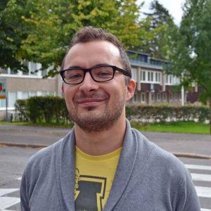 Galal Badawi poserar framför Kottby lågstadieskola.