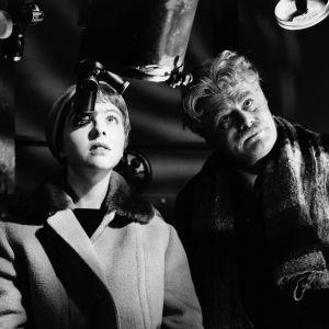 Marja ja professori tähtikaukoputken ääressä elokuvassa Kuriton sukupolvi.