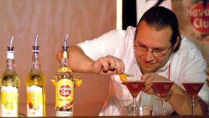 Baranställd tillreder romcocktails vid en drinktävling i Havanna, Kuba år 2004.