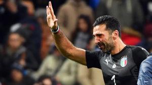 Gianluigi Buffon tar ett tårfyllt farväl av den italienska landslagsfotbollen.