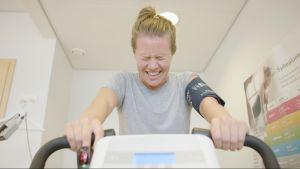 Sonja Kailassaari på motionscykel