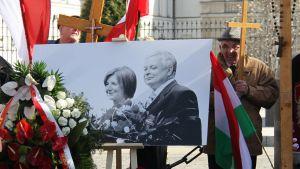 Polens president Lech Kaczyński och hans fru Maria som dog i en flygolycka i Smolensk hedras utanför presidentpalatset i Warszawa.