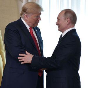 Trump och putin skakar hand
