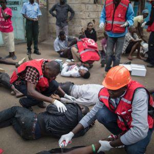 Sjukvårdspersonal tar hand om cirka 15 skadade personer som ska ha blivit slagna under en polisrazzia i förorten Mathare, Nairobi den 12 augusti efter ilskna protester efter presidentvalet.