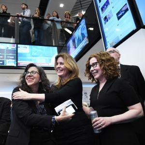 Washington Post-journalisterna Beth Reinhard, Stephanie McCrummen och Alice Crites firar Pulitzerpris.
