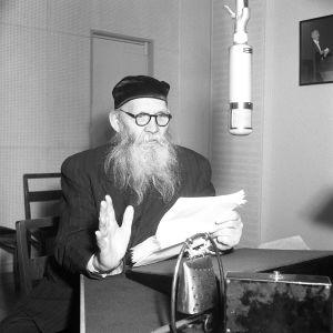 Yleisradion Fabianinkadun radiotalon studiossa kirjailija Frans Emil Sillanpää vuonna 1953.