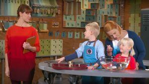 Tiedonjyvässä lapset tutkivat luonnontieteitä.