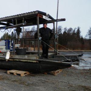 Skärgårdsrådets ordförande Johan Asplund och remmarpråmen