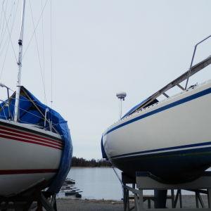 Två segelbåtar på land.