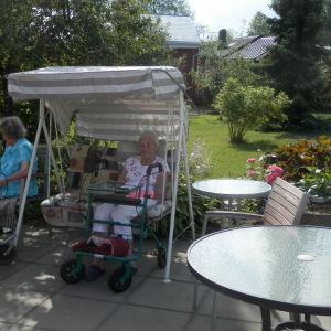 Anna Kauppi (98 år) sitter i gungan vid Mariahemmet i Jakobstad