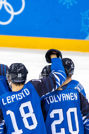 Sami Lepistö klappar om Eeli Tolvanen efter ett av Finlands mål mot Norge.