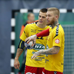 Teemu Tamminen och Nico Rönnberg lägger upp taktiken under en match i FM-ligan i handboll.