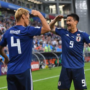 Keisuke Honda och Shinji Okazaki firar mål.