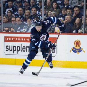 Patrik Laine spelar ishockey i NHL.