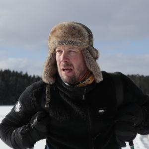 Mikko Peltola hiihtämässä Nuuksiossa.