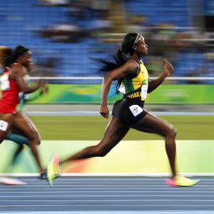 Elaine Thompson (t.h.) hör till favoriterna på 100 meter för damer.
