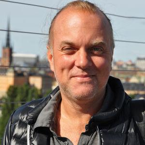 Låtskrivaren Thomas G:son med Stockholm i bakgrunden