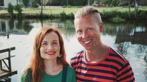 Egenland-ohjelman juontajat Nicke Aldén ja Hannamari Hoikkala kuvattuina Kolpin kylässä.