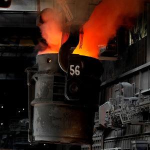 Stål smälts ThyssenKrupps anläggning i Duisburg, Tyskland.