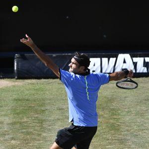Roger Federer servar.