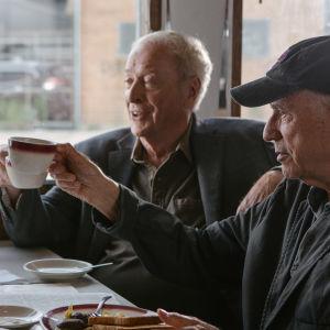 Willie, Joe och Albert skålar i kaffe.
