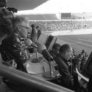 Yleisurheilun Suomi-Ruotsi-maaottelu Helsingissä 1962. Kilpailujen  selostajia katsomossa (lehdistöaitiossa, selostamossa) yleisurheilumaaottelussa.