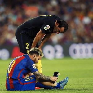 Diego Godin kollade hur Lionel Messi hade det efter skadan.