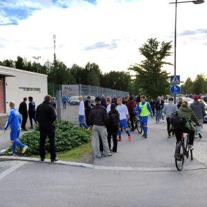 Människor utanför fotbollsstadion i Uleåborg.