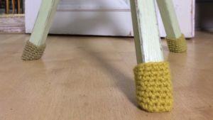 Virkade sockor till stolsben som skydd för repor på golvet.