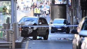 Vit tillbucklad bil på händelseplatsen i Melbourne.