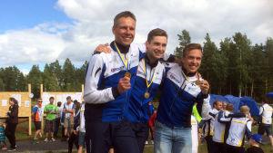 Finska laget på prispallen: Mikko Hölsö, Antti Iivari, Daniel Forsell