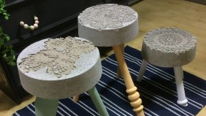 Tre pallar med betongsitsar och träben