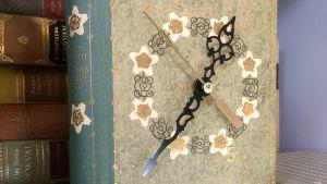 En bok som gjorts om till en klocka