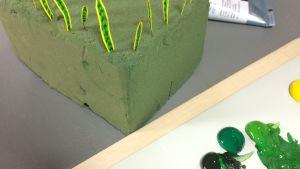 Maalatut viherkasvilehdet pienoismalleina.